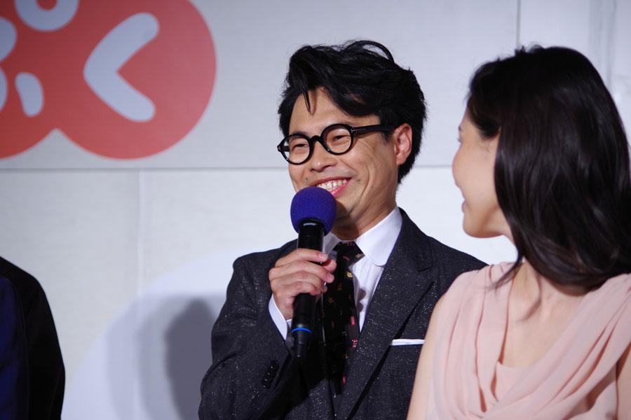 キャスト発表会でにこやかに自己紹介するミュージシャンで俳優の浜野謙太