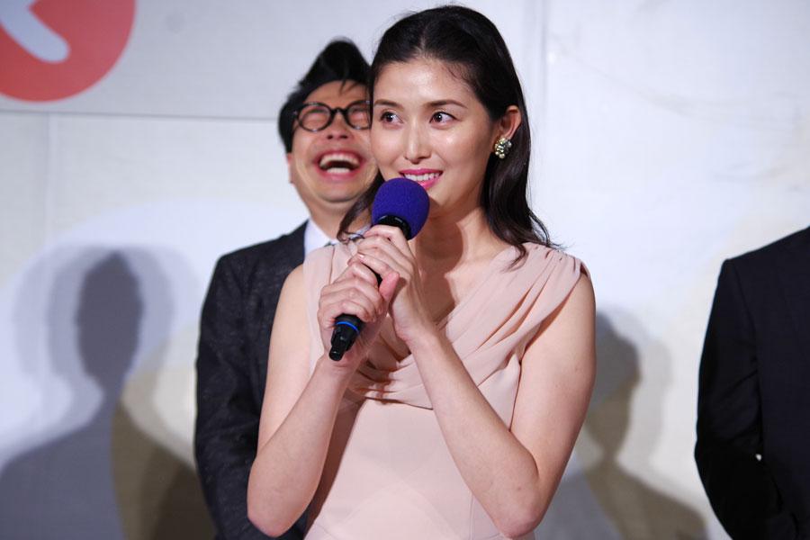 記者から夜を連想させる女優と指摘を受けて戸惑う橋本と、後ろで爆笑する浜野謙太