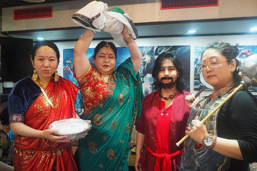 「インド映画は盛り上がってなんぼやから、ブームがきてうれしい」という衣裳もバッチリの女性グループ