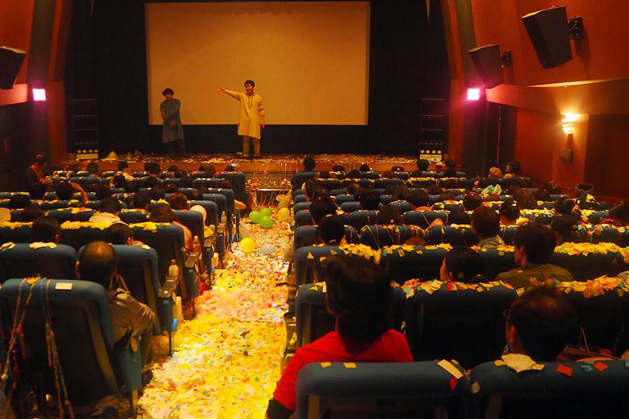 通路がまったく見えない、マサラ上映後の劇場の様子