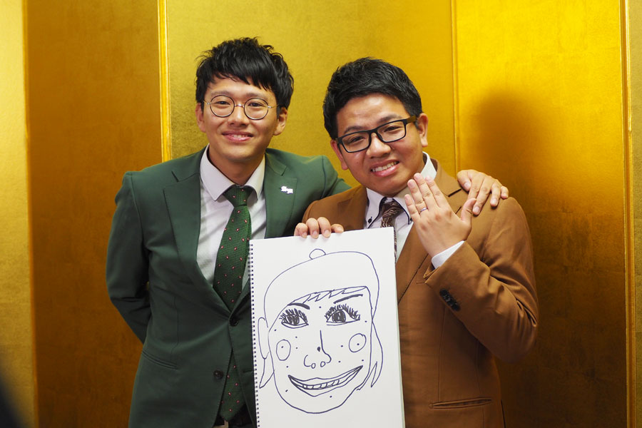 兄・昴生の結婚会見に出席したミキ(左から亜生、昴生)。イラストは昴生が描いた妻「マミ」ちゃんの似顔絵