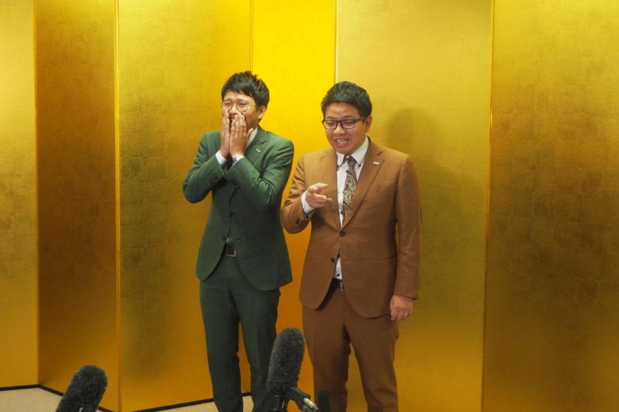 金屏風を背にし、戸惑いの表情を見せる昴生(左)と笑いが止まらない亜生