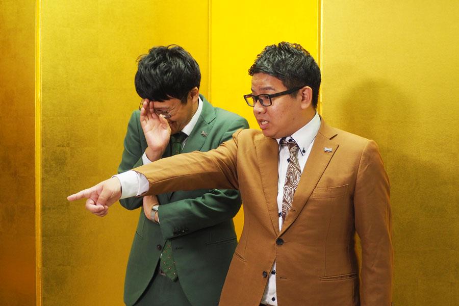 記者からもイジられ、ツッコミが忙しい昴生(右)