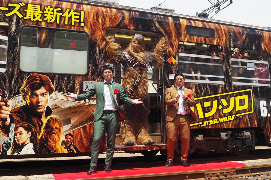 チューバッカトレイン出発式に登場したミキ(左から亜生、昴生)と、急遽来阪したチューバッカ