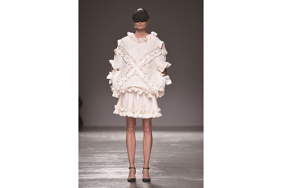 森永邦彦(ファッションデザイナー) ドレス 彼はブルーハーツから大きな影響を受けており、「写真には写らない美しさがある」と信じて服を作っている