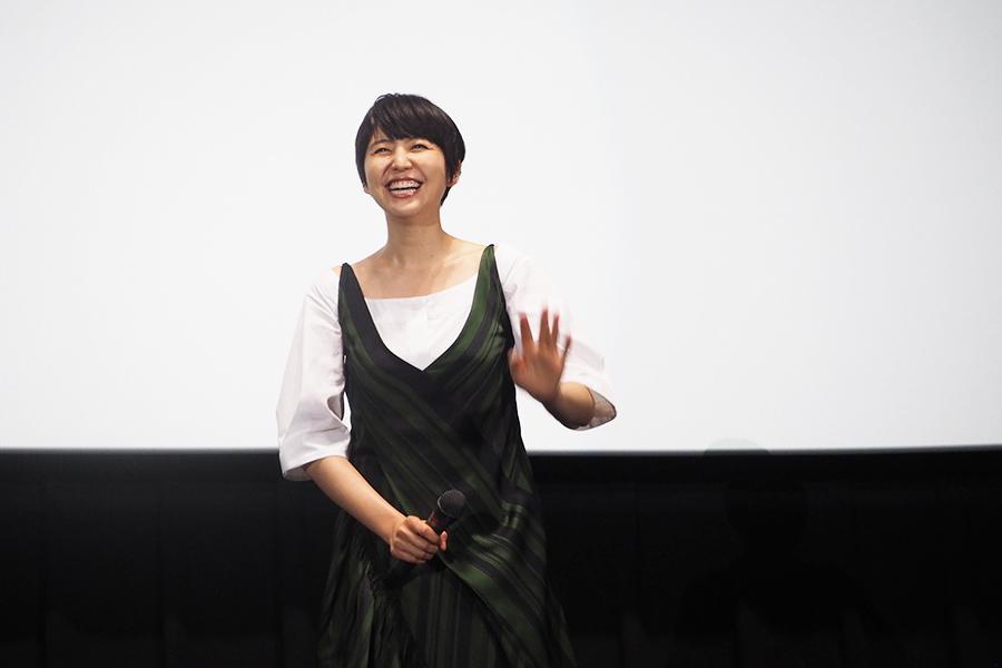 客席に向かって笑顔で手をふる長澤まさみ(8日・大阪市内)