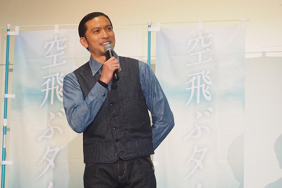映画『空飛ぶタイヤ』の舞台挨拶に登場したTOKIO・長瀬智也(1日・大阪市内)