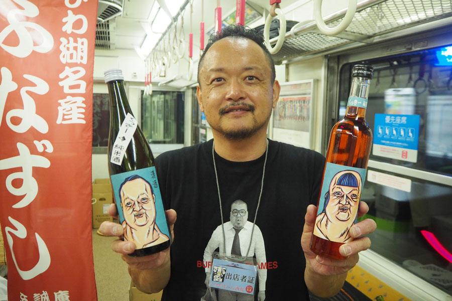 京都・伏見の「中畝酒店」では、野性爆弾くっきーがラベルデザインを担当した日本酒&梅酒の販売も(大将がモデル! 各2000円)