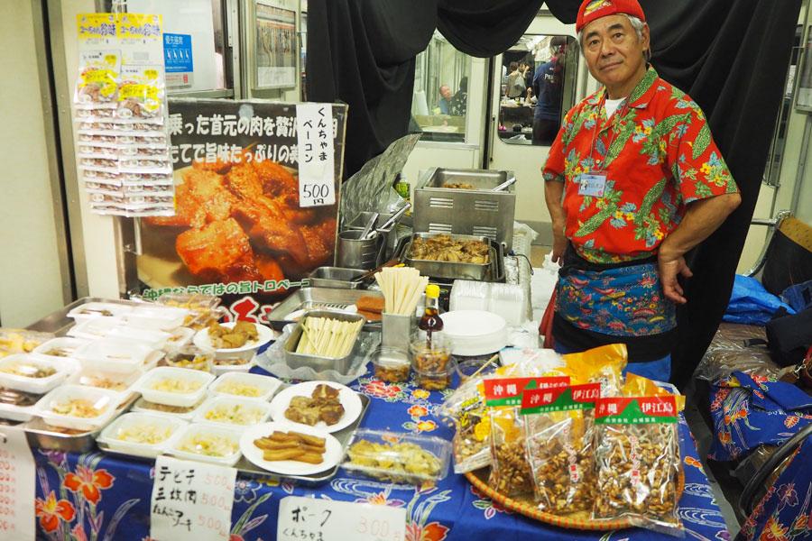 沖縄料理「いちゃりば」では、もずくの天ぷらやくんちゃまベーコン、海ぶどうが人気