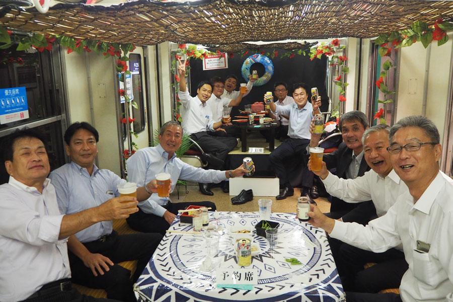 海の家風座敷席&テーブル席には、早くから予約したというホーム酒場の常連の男性グループ