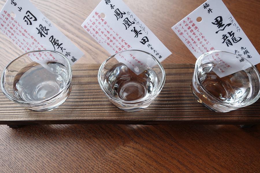 「ぬる燗佐藤 炉端」では、海鮮や肉などを焼く姿も楽しめる。日本酒3種飲み比べセット1500円(税別)