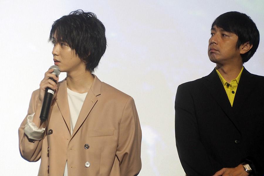 映画『劇場版 ドルメンX』の舞台挨拶に登場した小越勇輝(左)とチュートリアル徳井(16日・大阪市内)