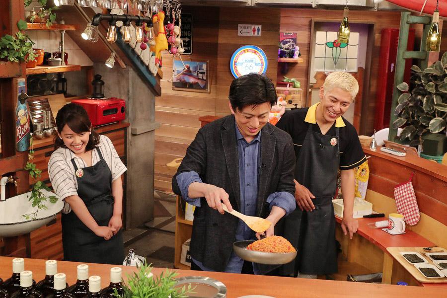 松本家に受け継がれる「特製トマトライス」を調理する松本幸四郎