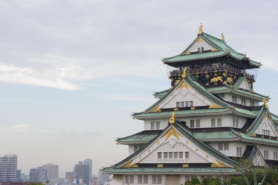 大阪の歴史的シンボルとして、国内外から多くの観光客が訪れる大阪城天守閣