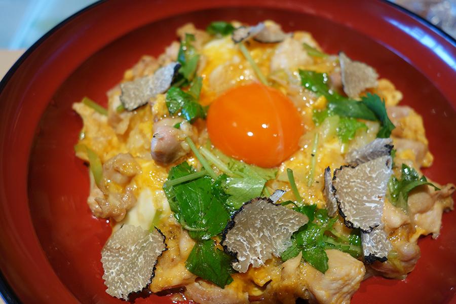 八ヶ岳卵の親子丼〜トリュフの香り〜1180円。ランチはサラダや鶏スープなどがセットで1780円