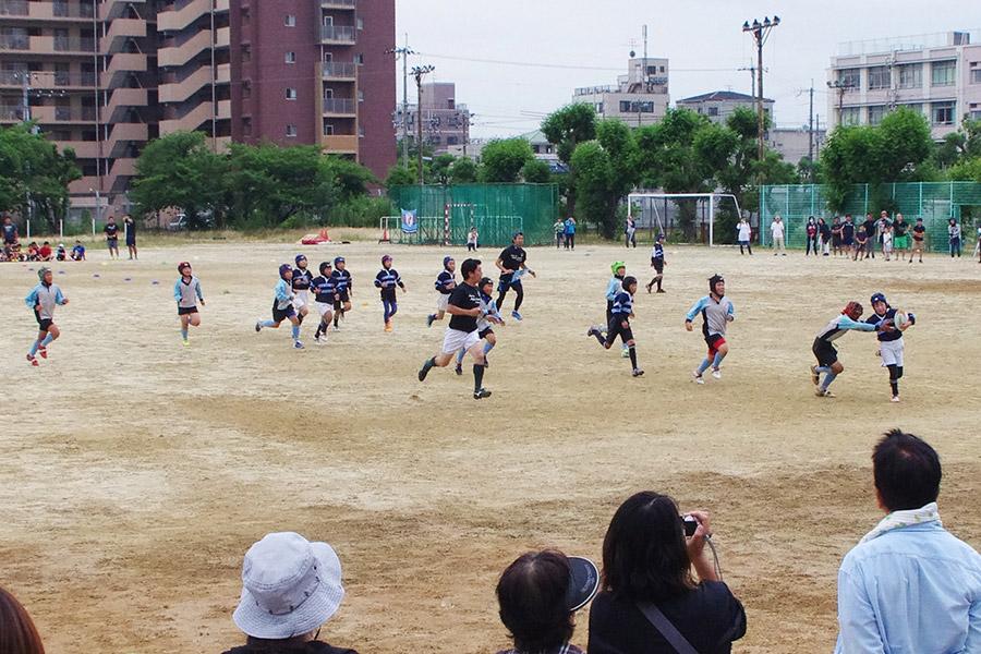 勝山高等学校の広大なグラウンド。どこの試合も熱いプレーが繰り広げられた(10日・大阪市内)