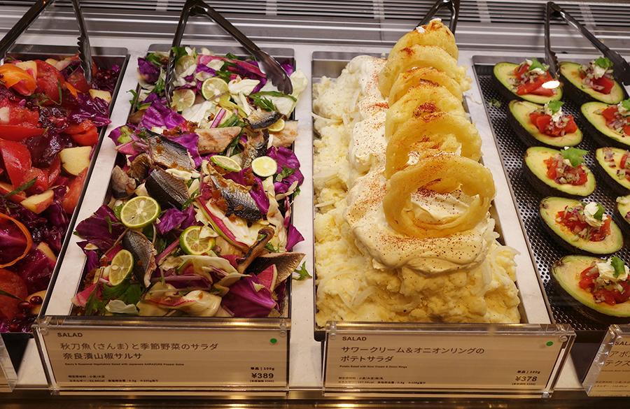 秋刀魚と季節野菜のサラダ 奈良漬山椒サルサ、サワークリーム&オニオンリングのポテトサラダなど