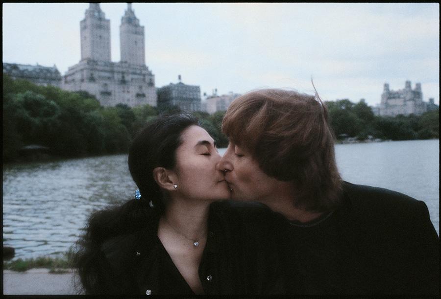 篠山紀信(写真家) 《ジョン・レノン オノ・ヨーコ》 1980年 ジョン・レノンの復活を告げると同時に遺作になってしまったアルバム「ダブル・ファンタジー」のために撮影した作品