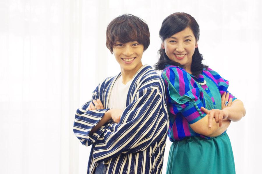 男子部のひとり永田(左)と母親的存在の君原佳枝を演じる愛華。「お客さまと宝塚を愛する気持ちを分かち合う舞台になるはず」