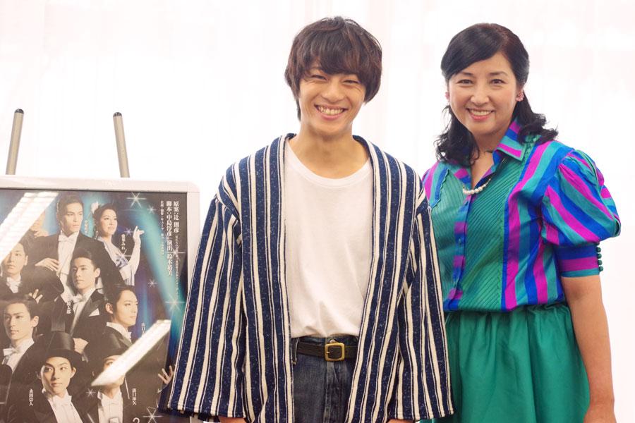 無邪気な笑顔を見せる永田(左)と保護者のように見守る愛華