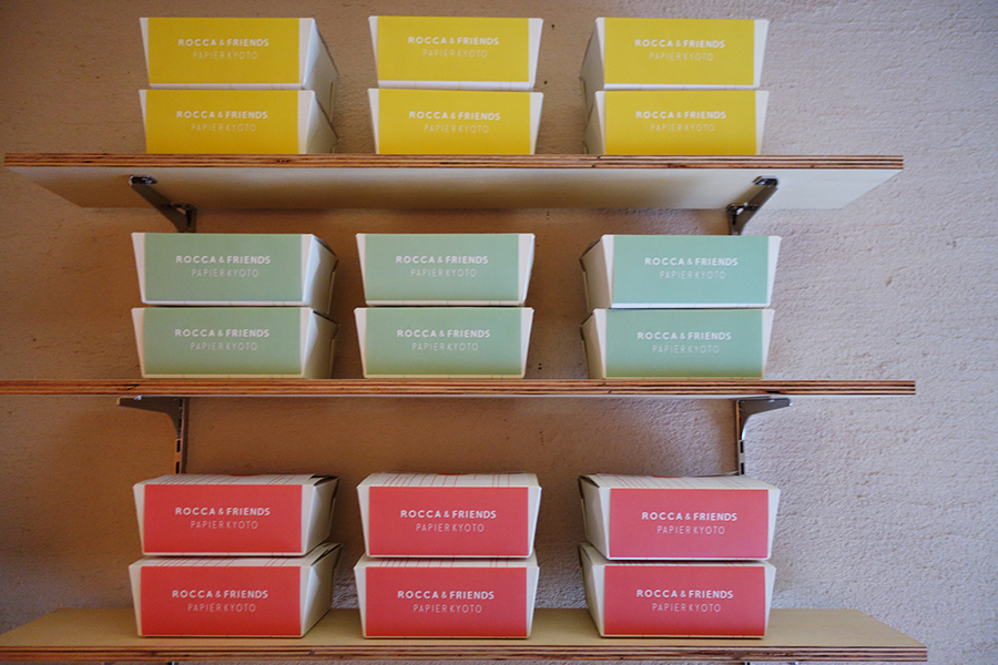 ギフト専用ボックス、サンドが8つ入るSは80円、10個入るLサイズは120円(共に税別)
