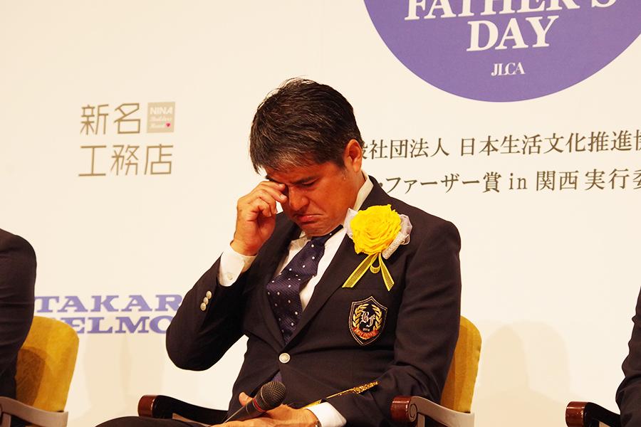 サプライズの手紙に思わず涙をこらえきれない永島