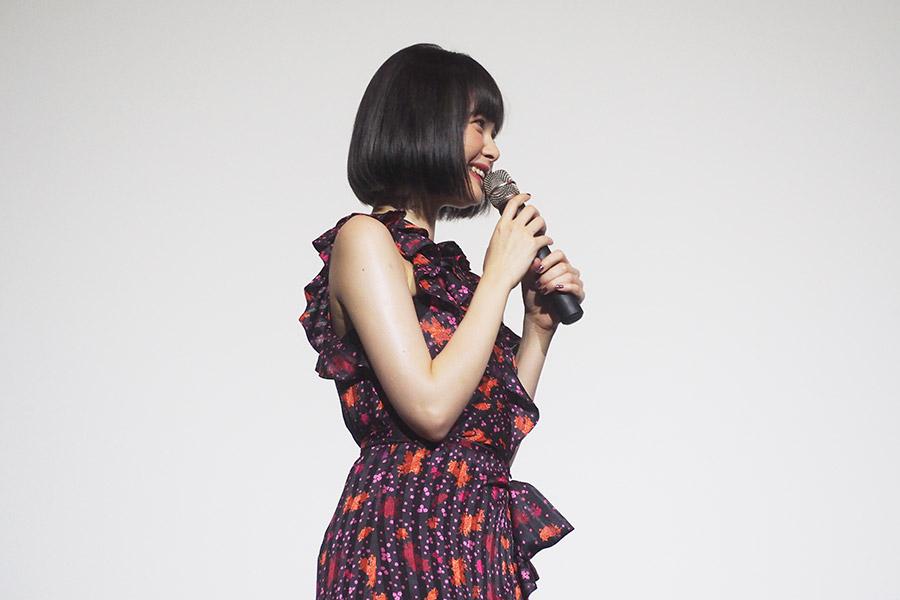 主演映画『わたしに××しなさい!』の舞台挨拶に登場した玉城ティナ(24日・大阪市内)