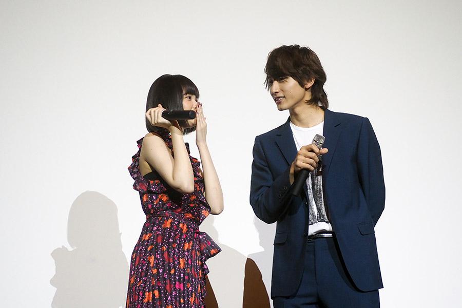再現シーンについて、共演の小関裕太(左)と打合せする玉城ティナ(24日・大阪市内)