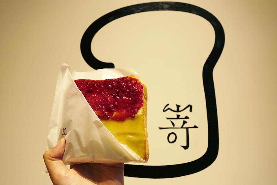 トーストを片手に茶屋町散歩。8月には台湾ティー専門店「ゴンチャ」もできるので、買い食いが楽しいエリアとなりそうだ