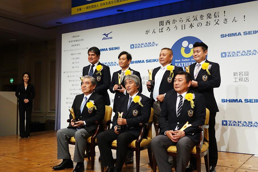 左手前から受賞者の黒田章裕さん、山極壽一さん、松本秀作さん、永島昭浩、遠藤章造、山口浩さん、菅生新さん