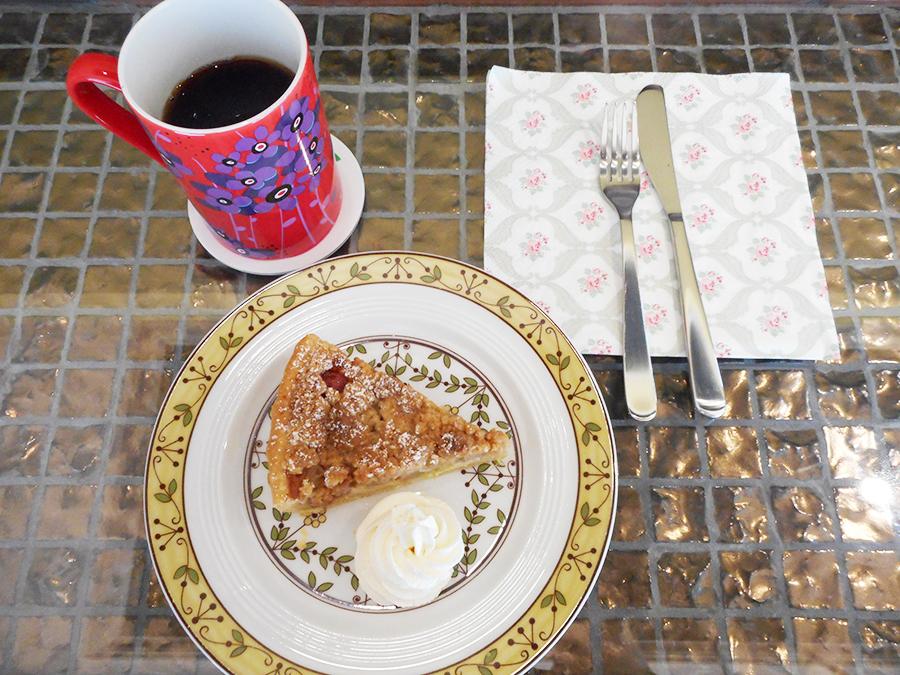 マリネした長野産のルバーブを焼き込んだ、「ルバーブのクランブルタルト」540円。甘酸っぱさとトロッとした食感を味わいたい初夏の味。コーヒー500円