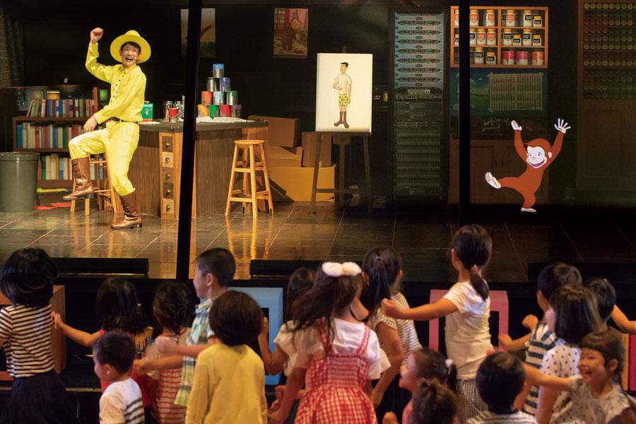 原画から飛び出して、ステージの上を右へ左へ駆け巡るおさるのジョージ