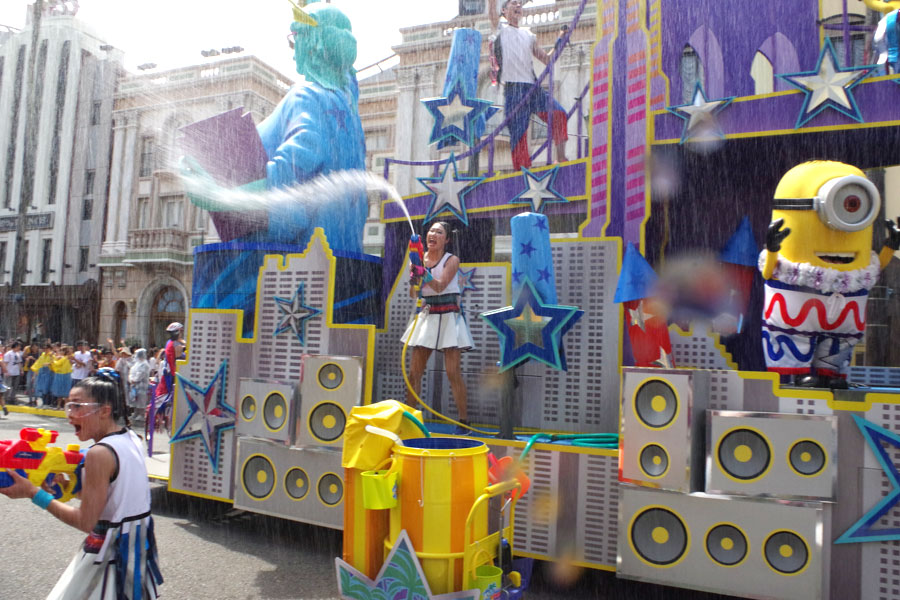 フロートから水がジェット噴射し、キャストらもウォーターシューターやバケツを手にパレード。最後は豪雨のようなシャワーが一面に