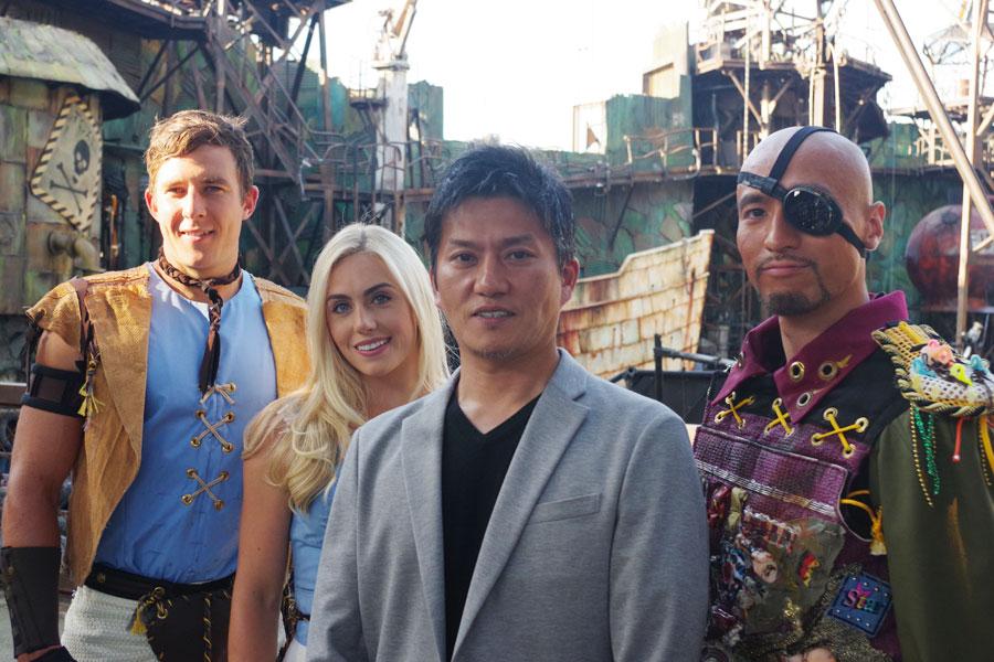 『ウォーターワールド』のショー開発担当者の津野庄一郎エグゼクティブ・ディレクター(右から2人目)とキャストら
