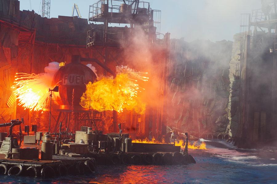 「炎が上がるシーンを若干増やし、船が出入りする大きなゲートの開け閉めも微調整するなど、細かい変更も加えています」と津野ディレクター