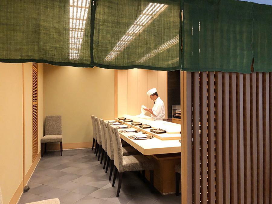 8席の寿司カウンター