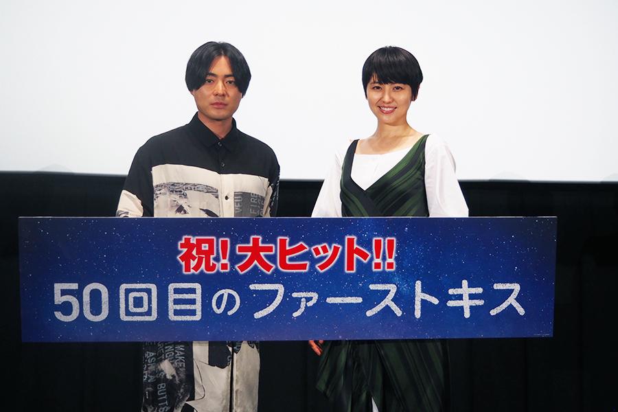 映画『50回目のファーストキス』の舞台挨拶に登場した山田孝之(左)と長澤まさみ(8日・大阪市内)