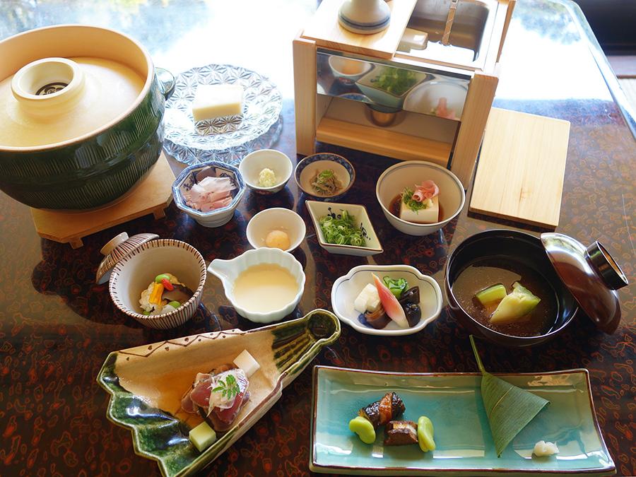 湯豆腐コースでは、先付、前菜、などもセットに