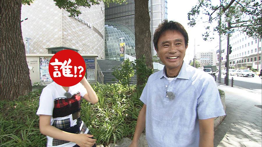 「オープニングで俺を驚かせなかった相方はお前が初めてや」とNHK大阪放送局の前で文句を言う浜田 写真提供:MBS