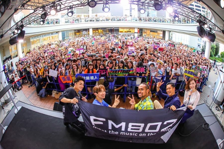 公開収録に登場したEXILEメンバー(左から)白濱亜嵐、NAOTO、NESMITH、AKIRA、DJの仁井聡子(30日、あべのキューズモール)