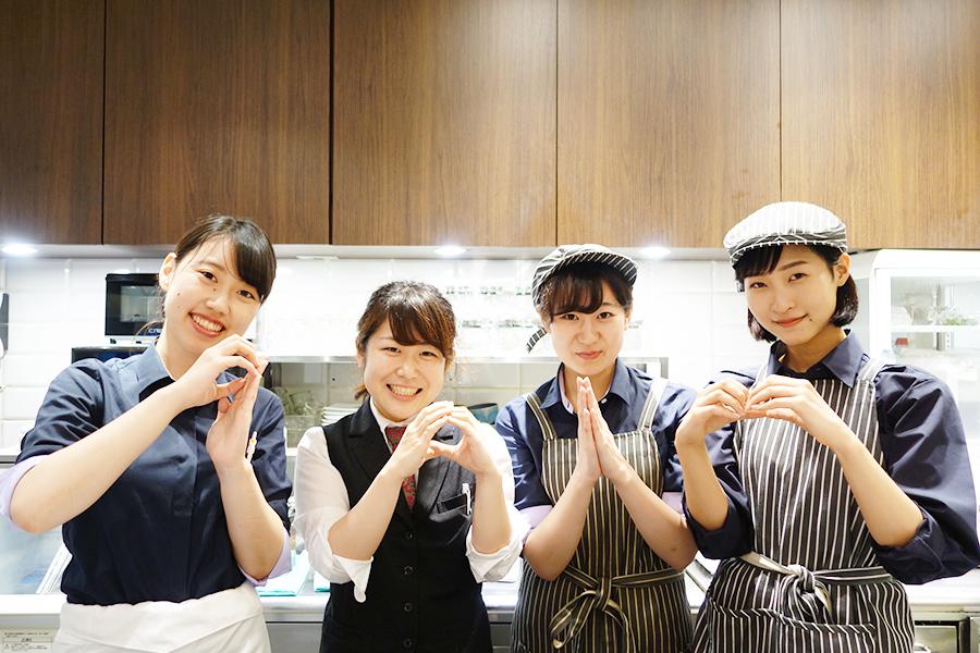 指で901を披露してくれたスタッフ。左から2番目の店長・奥田愛美さんが今後、ハーブメニューを企画するとのこと