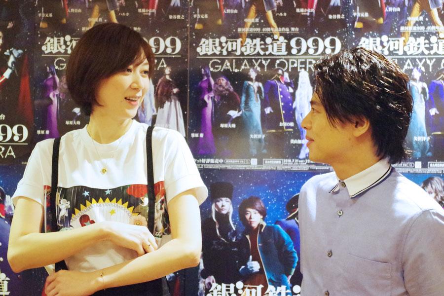 舞台『銀河鉄道999』の会見で、終始仲の良い様子を見せた凰稀かなめ(左)と中川晃教