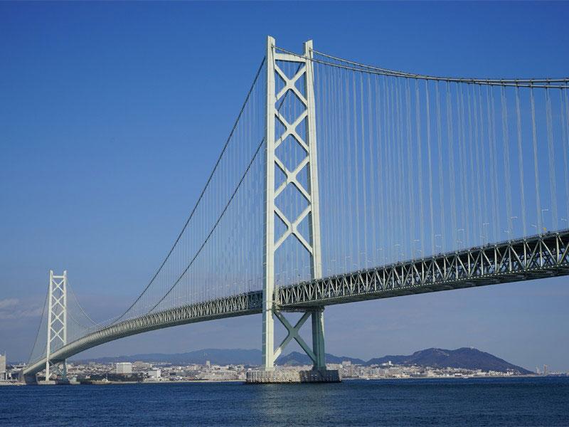 全長3911メートル、中央支間1991メートルで世界最長の吊り橋である「明石海峡大橋」