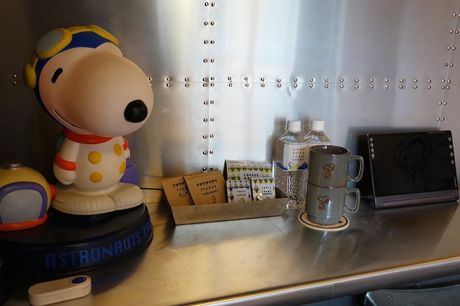 部屋にあるアメニティ、マグカップの色味も部屋によって異なる。写真は宇宙飛行士のスヌーピーを表現した42号室のもの