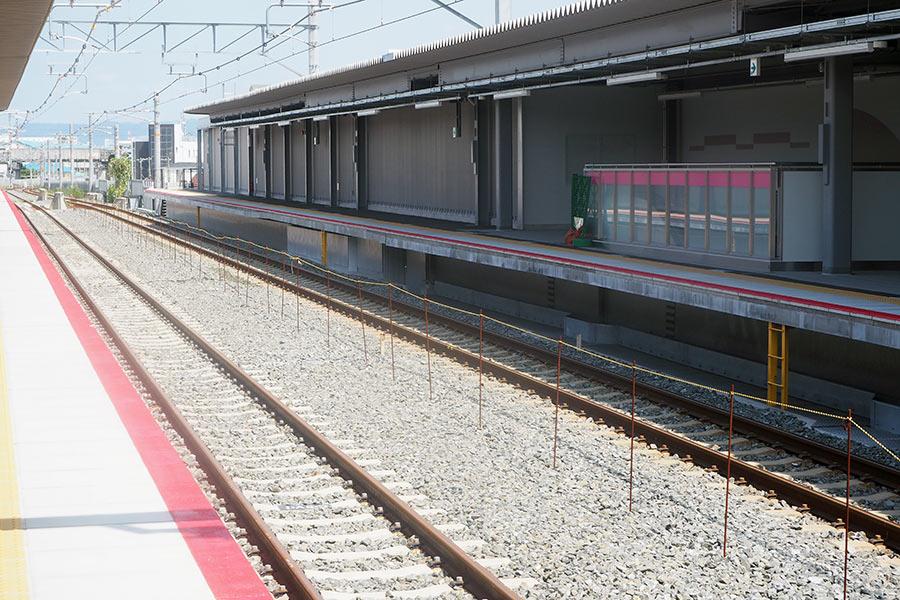 駅構内のいたるところに梅色(ピンク)が施された「JR淡路駅」(24日・大阪市内)