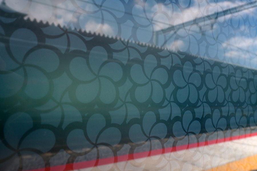 ホームのガラス壁には、梅柄をモチーフにした箇所も(24日・大阪市内)