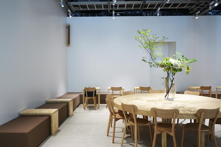 奧にあるカフェスペース、グループでも1人でも立ち寄りやすい、テーブル配置