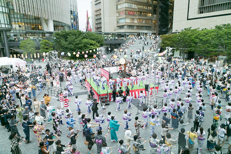「グランフロント大阪」で開催された盆踊り。北区地域女性団体協議会が、踊りのお手本を披露