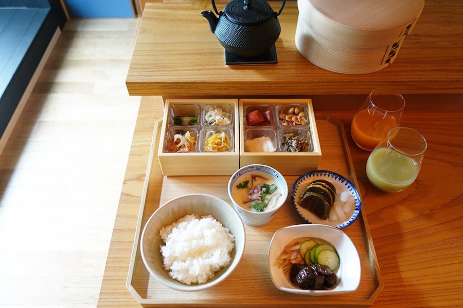 茶漬け用のうなぎは、鮮魚店「タニムメ水産」に依頼し、厳選した無添加の調味料で調理。日本五大銘茶としても知られる滋賀の「朝宮茶」とともにいただく朝食は2500円