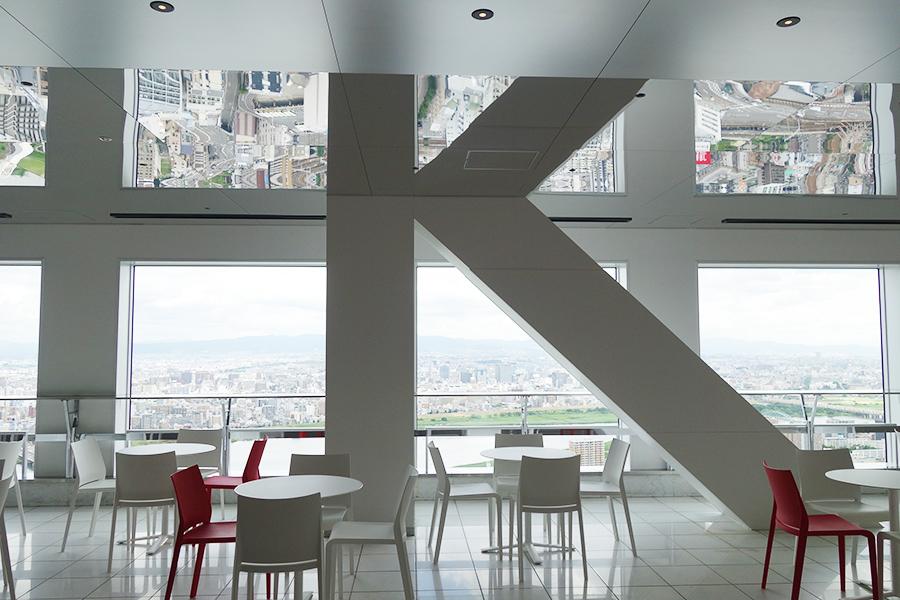 柱が鏡に映り込んで、まるで空中庭園の頭文字Kのように見える